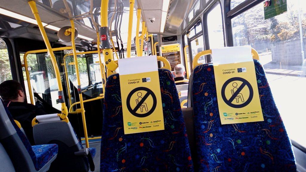 座席指定されたバスの中