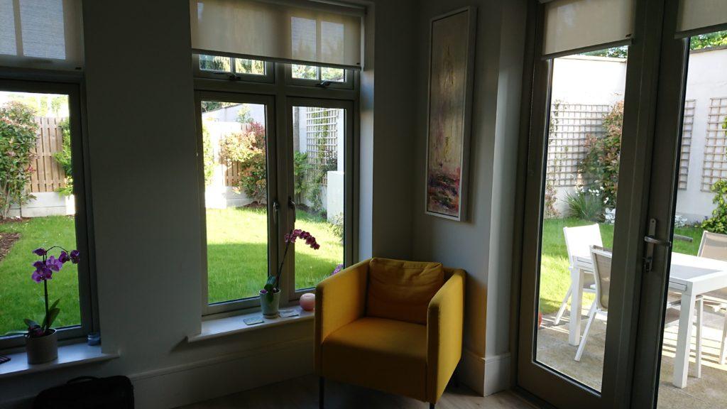 リビングルームの中の黄色いソファ