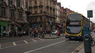 建物と黄色いバス