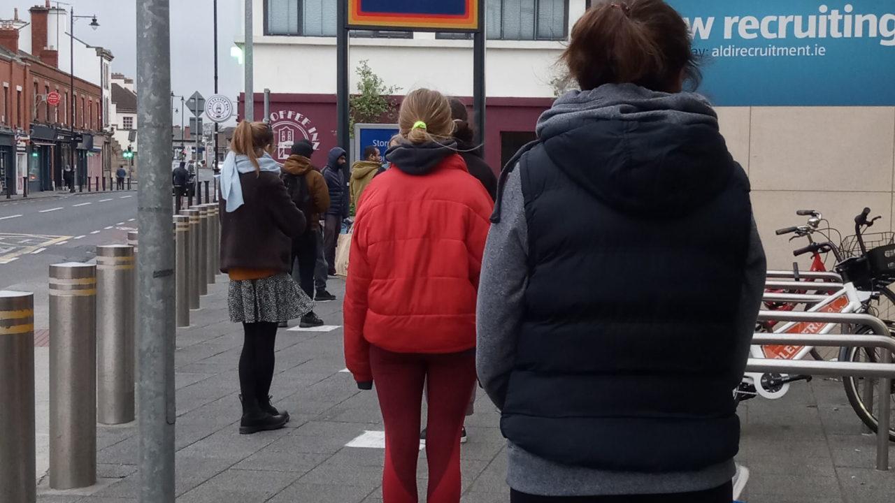 スーパーの前に並ぶ人たち