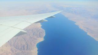 飛行機の窓から見下ろした風景