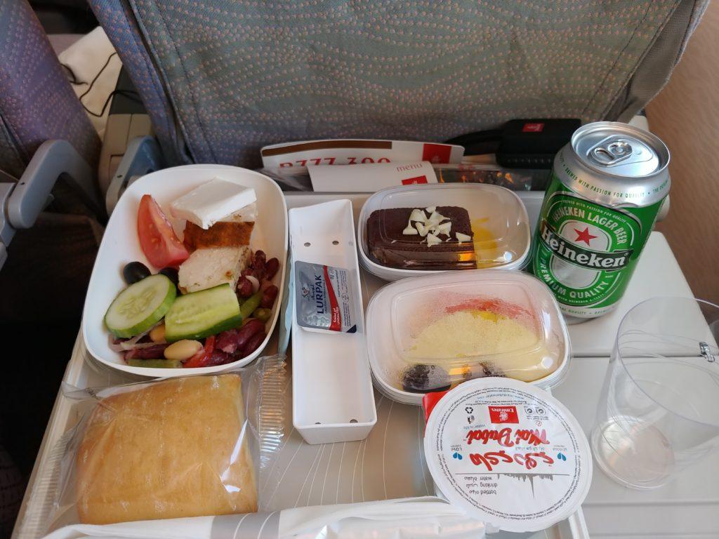 機内食の食事と缶ビール