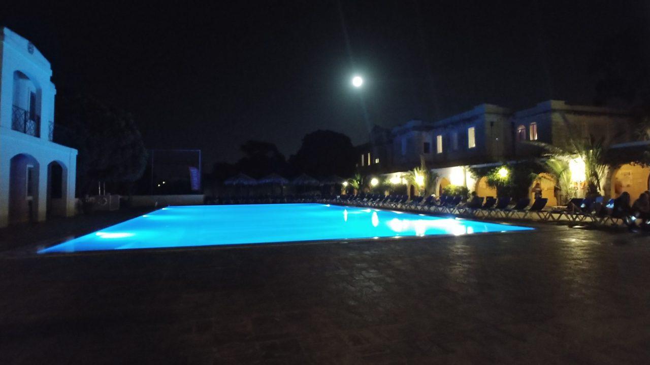 屋外プールのライトアップ