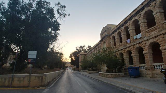 道路の右側に建物