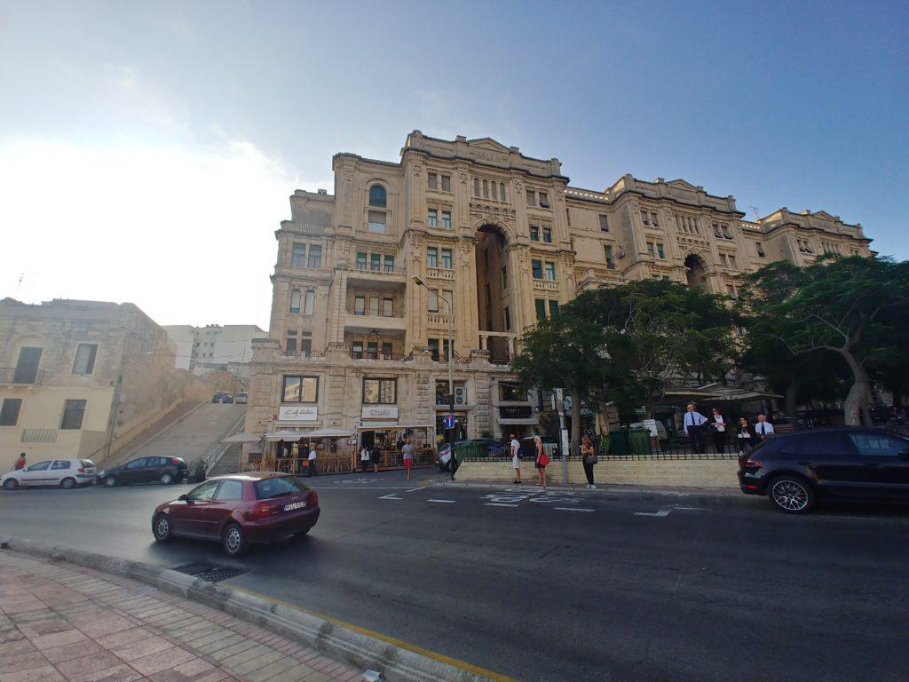 車道と建物