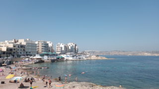 真夏の海辺と人々