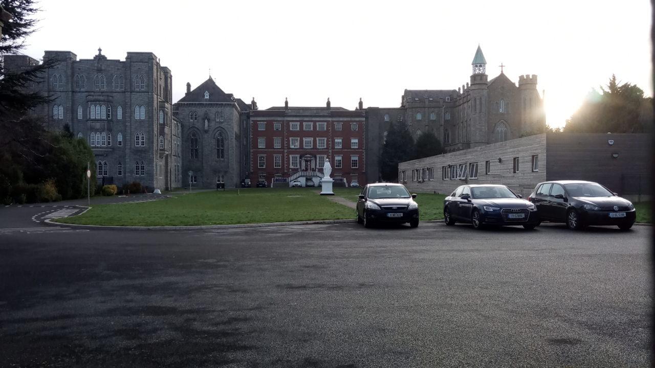 学校と駐車場