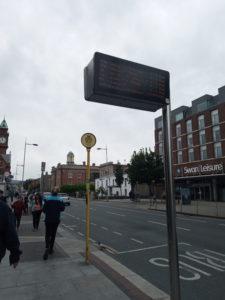 バス停の電工掲示板と黄色いポール