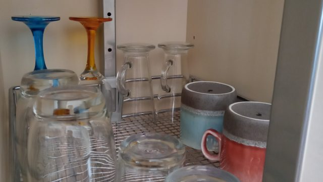 棚に置かれたグラス