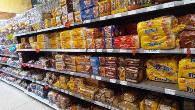 商品棚に陳列されたパン