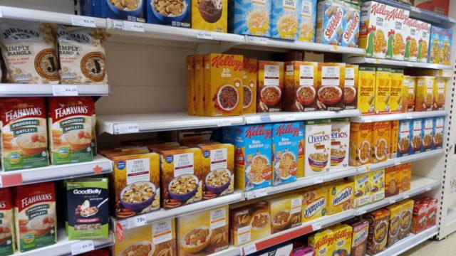 シリアルが並べられているスーパーの棚