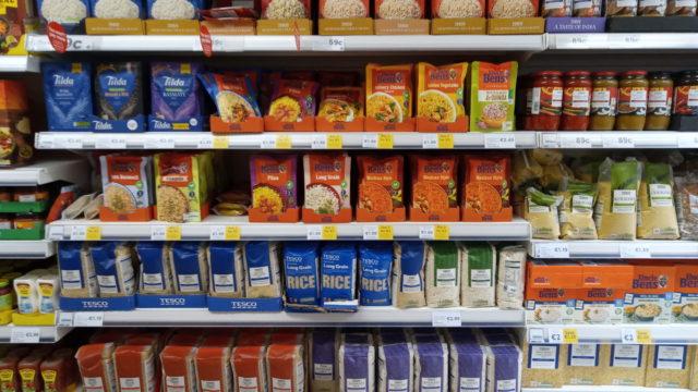 商品棚に並ぶ米