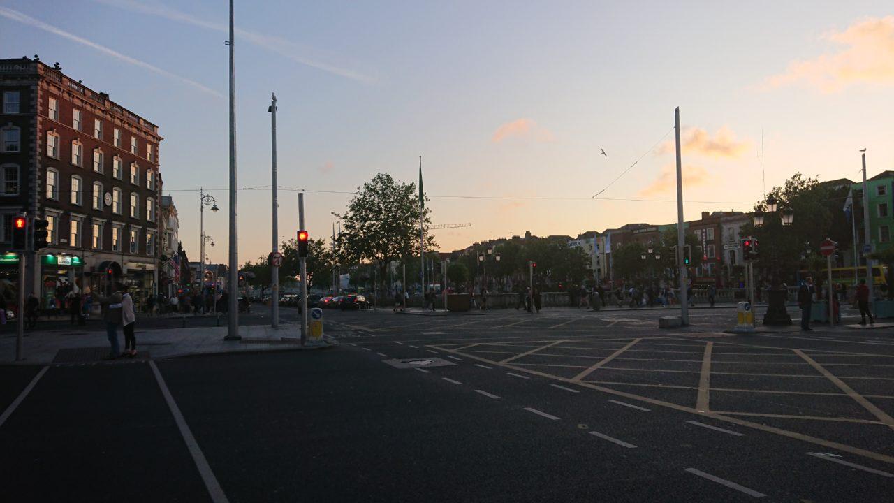 夕焼けと道路と建物