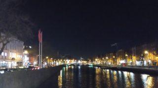 川の両側に建物の夜景