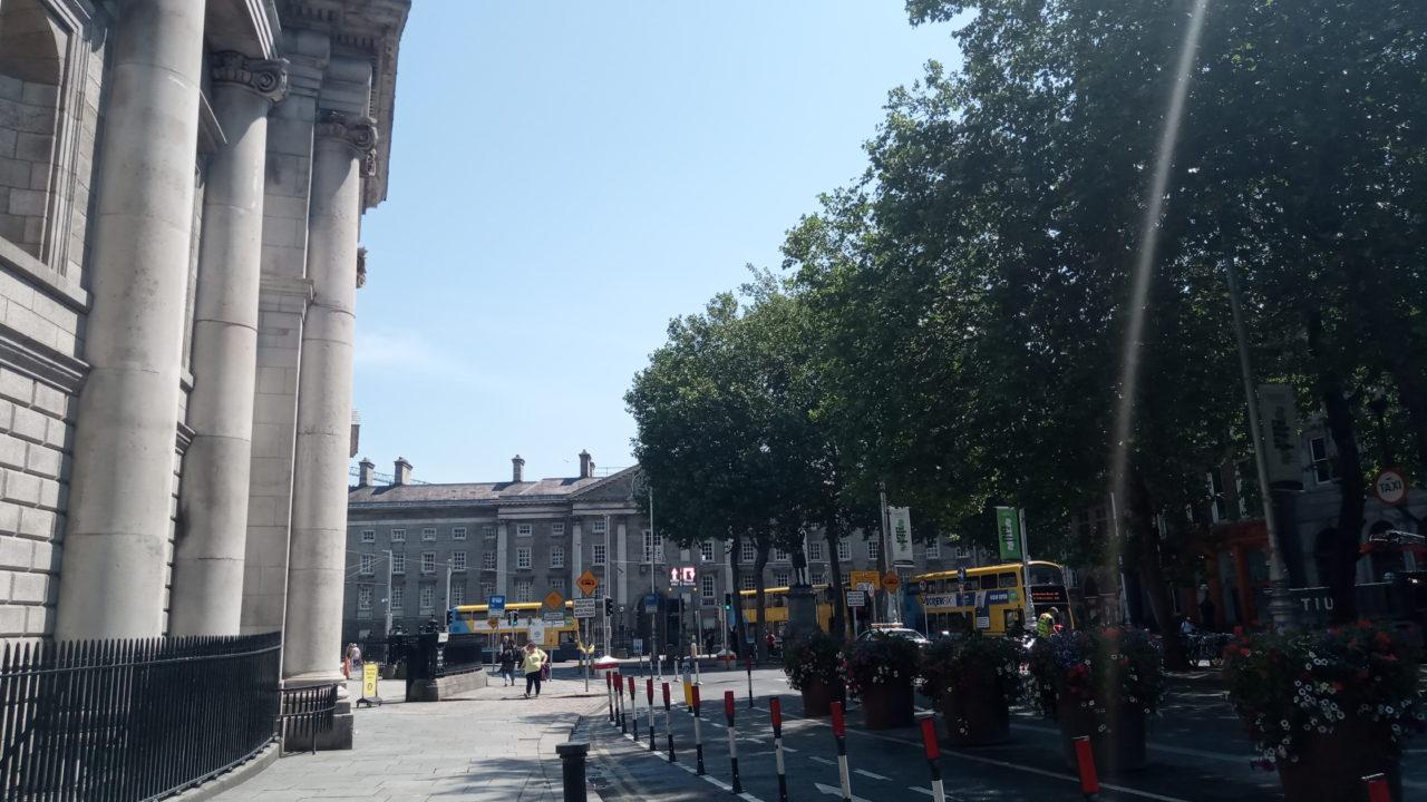 市内の道路と建物