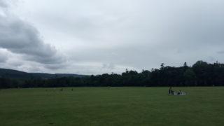 公園と曇り空
