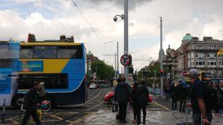 雨の中のバスと人